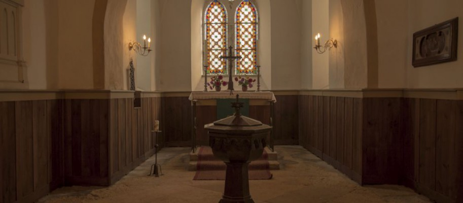 Altarraum mit Taufstein in Großsteinberg